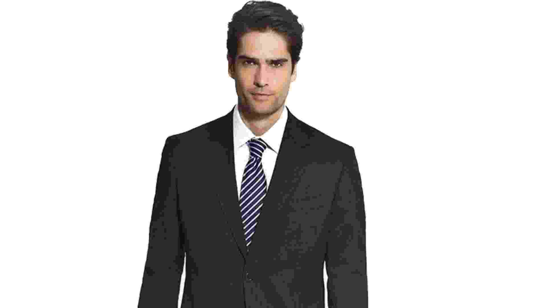 Em ocasiões formais ou em ambientes de trabalho, que se exige o uso de terno e gravata, a camisa é sempre dentro da calça. Costume (paletó e calça), R$ 899,90; camisa social, R$ 239,90; gravata de seda, R$ 149,90; sapato de couro preto, R$ 329,90, na Crawford (SAC 11 2308-3632). Preço pesquisado em agosto de 2013 e sujeito a alteração - Divulgação
