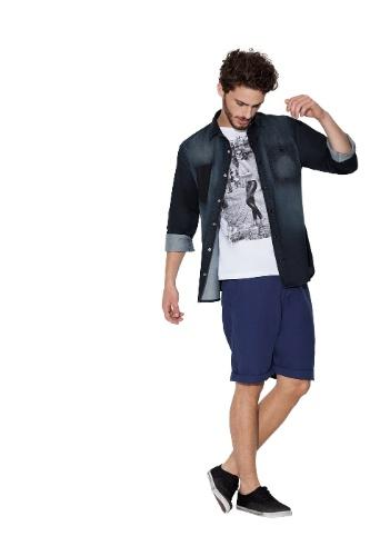 3d7ef67cb9023 Em produções descontraídas, dá para usar camisa e camiseta para fora da  calça ou bermuda