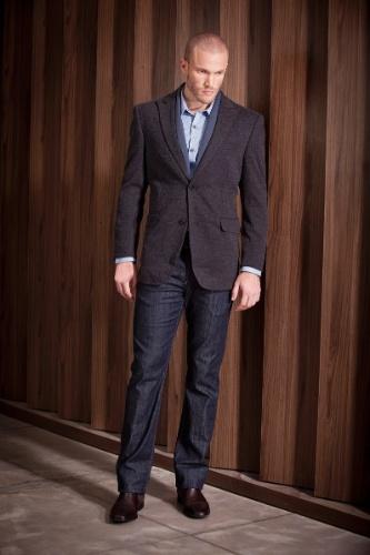 Em situações casuais elegantes, a camisa combinada com blazer é usada para  dentro da calça 0e74868770