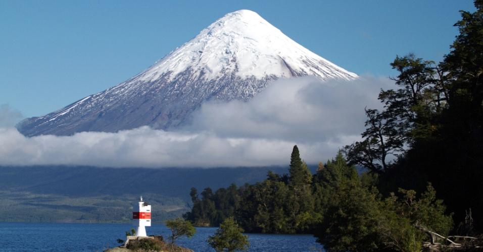 O Osorno, um vulcão adormecido a 2662 metros de altitude entre bosques de lengas e alerces andinos, é um dos atrativos naturais que são vistos durante a travessia dos lagos entre o Chile e a Argentina que completa 100 anos em 2013