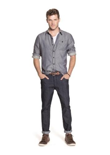 3bfffd87d1 Um recurso de estilo despretensioso é colocar uma parte da camisa para  dentro e outra para