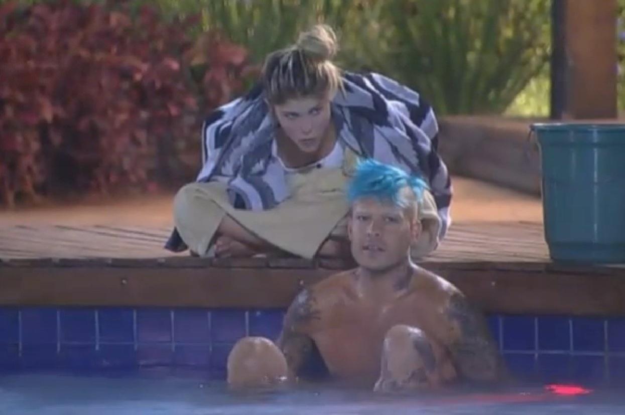 12.ago.2013 - Bárbara Evans e Mateus Verdelho levantam na madrugada para tomar banho de piscina