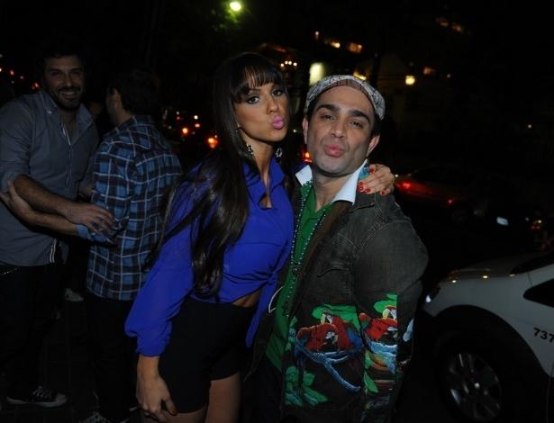 """13.ago.2013 - A panicat Carol Dias e o repórter Evandro Santos prestigiaram a festa de lançamento da revista """"Playboy"""", estrelada por Nanda Costa, em São Paulo"""