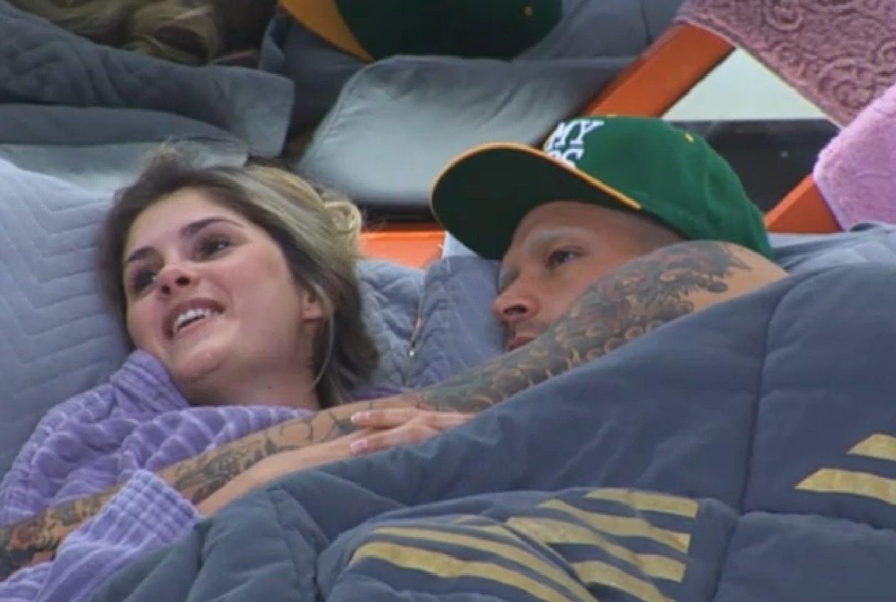 13.ago.2013 - Bárbara Evans e Mateus Verdelho descansam juntos