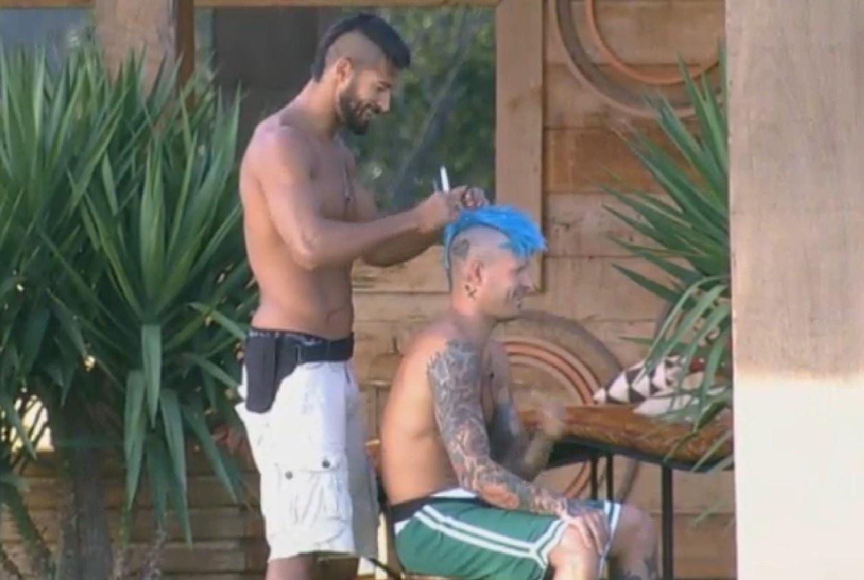 13.ago.2013 - Beto Malfacini cortando o cabelo de Mateus Verdelho
