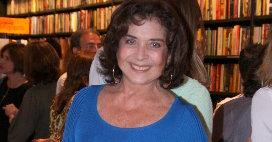 """13.ago.2013 - Betty Faria prestigiou a noite de autógrafos do livro """"Vidas Provisórias"""", do jornalista Edney Silvestre, em uma livraria no Rio"""