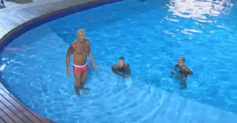 13.ago.2013 - Depois de brincar na grama, Paulo Nunes tomou banho de piscina com Yudi e Mateus