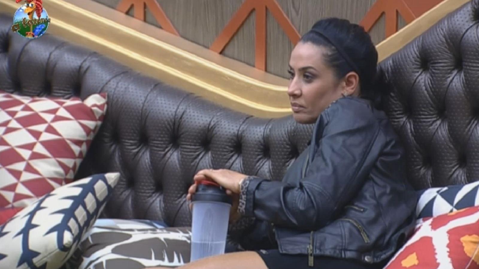 13.ago.2013 - Em dia de eliminação, Scheila Carvalho se mostra pensativa na tarde desta terça-feira