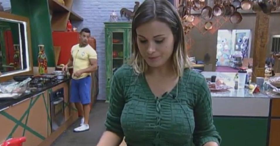 13.ago.2013 - Em silêncio, Andressa Urach deixa as louças na pia após tomar café da manhã