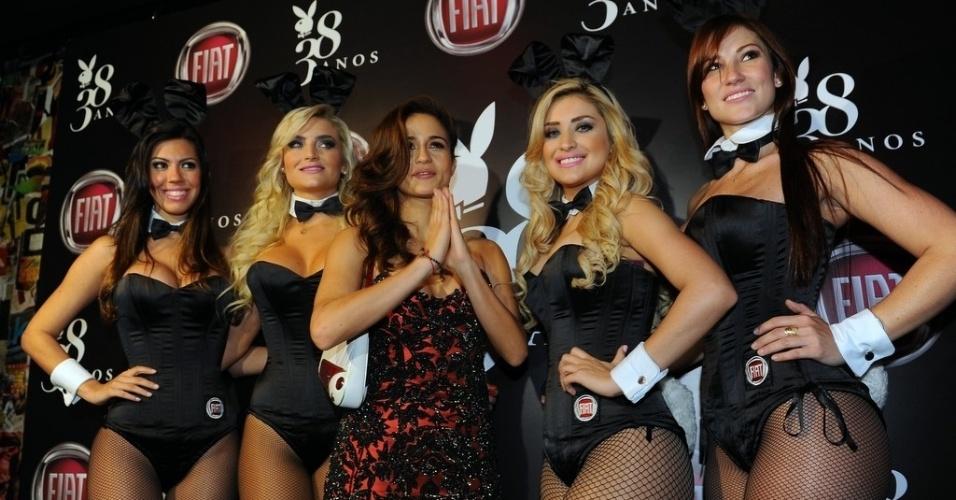 """13.ago.2013 - Com vestido preto e vermelho, Nanda Costa chega para a festa de lançamento da edição de agosto da """"Playboy"""", da qual é capa. O evento, que aconteceu em um bar de São Paulo, ainda comemorou o aniversário de 38 anos da publicação"""