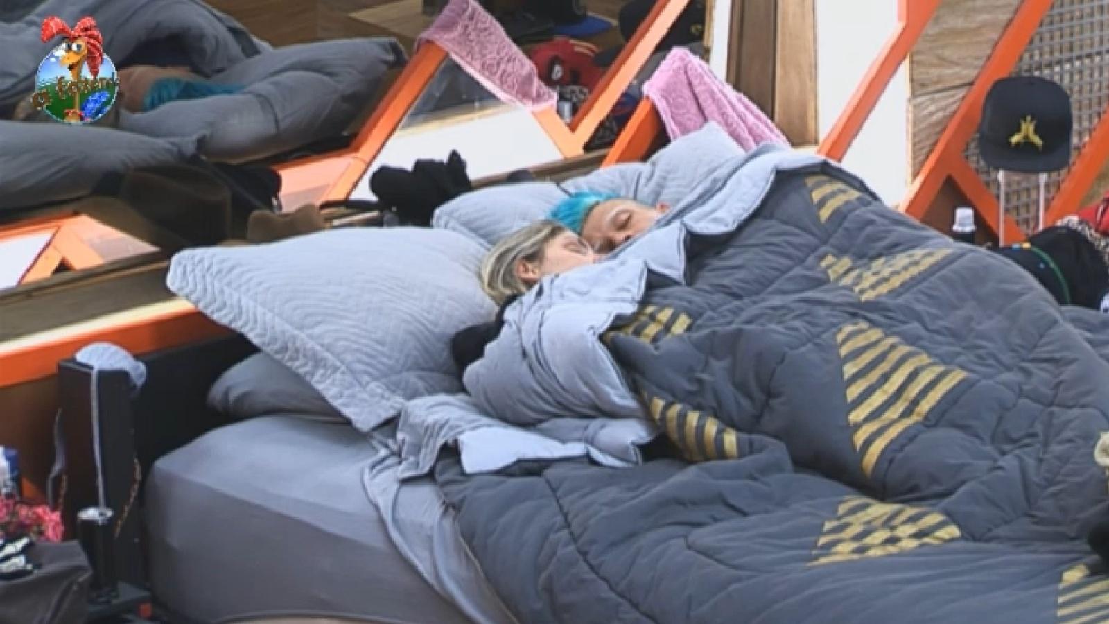 13.ago.2013 - O casal Bárbara e Mateus dorme na tarde desta terça-feira