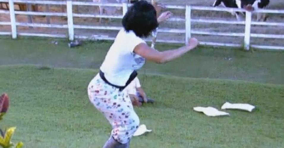 13.ago.2013 - Scheila Carvalho brinca de escorregar na grama
