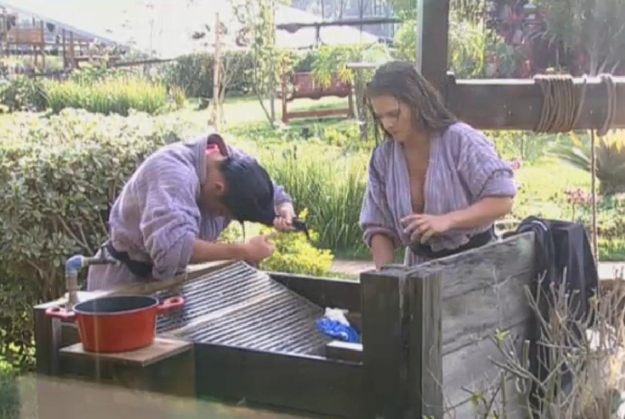 13.ago.2013 - Scheila Carvalho e Denise Rocha lavam o cabelo no tanque
