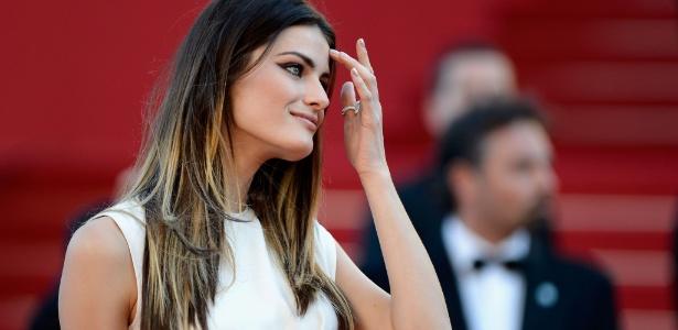 A modelo Isabeli Fontana, rosto da marca no Brasil, exibiu o visual com luzes californianas durante o Festival de Cannes em maio - Getty Images