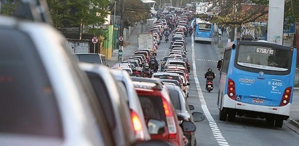 Motorista ainda se acostuma a novas faixas exclusivas de ônibus, em São Paulo (SP)