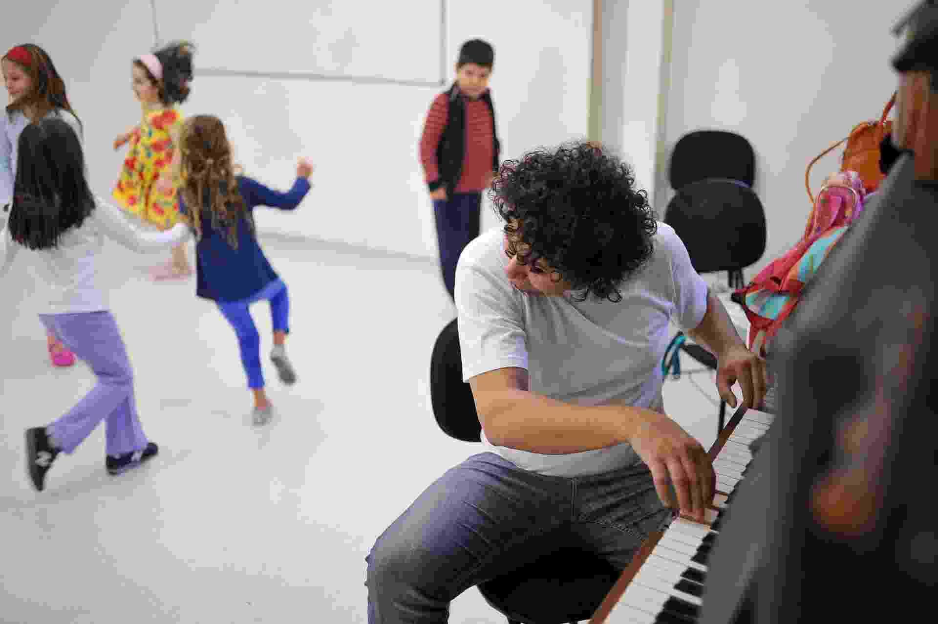 Na Casa do Teatro as aulas são divididas por faixa etária. As crianças ocupam a escola no mesmo horário, e enquanto uma turma faz aula de música, a outra já está criando cenas - Reinaldo Canato/UOL