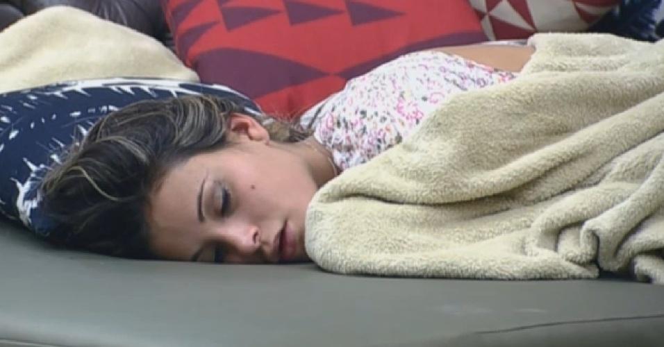 14.ago.2013 - Andressa Urach dorme no sofá na manhã desta quarta-feira