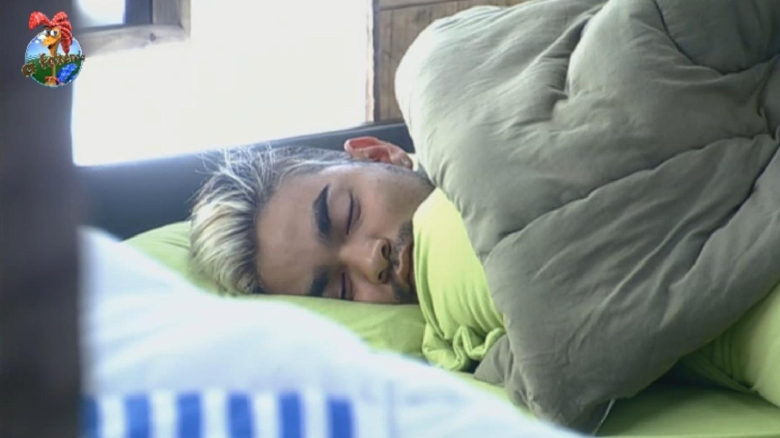14.ago.2013 - Em dia de prova da chave, Yudi dorme até mais tarde em