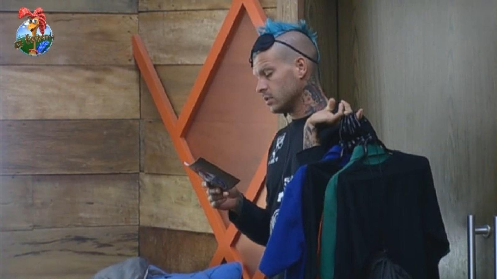 14.ago.2013 - Fazendeiro da semana, Mateus Verdelho acorda para ler aviso aos peões que disputarão a prova da chave