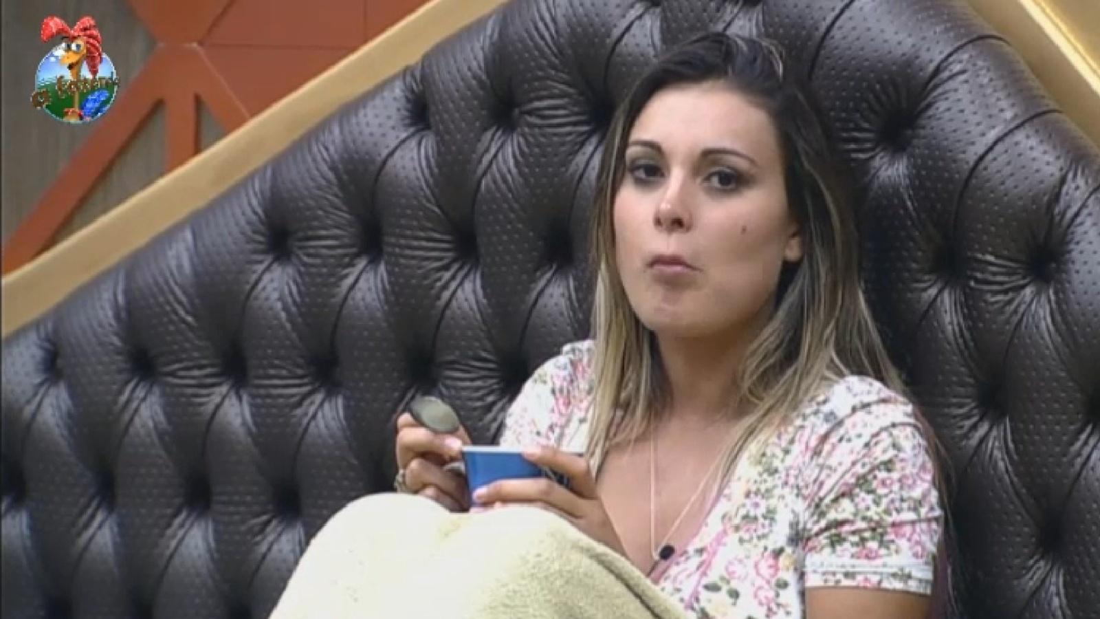 14.ago.2013 - Pensativa, Andressa Urach toma café da manhã nesta quarta-feira