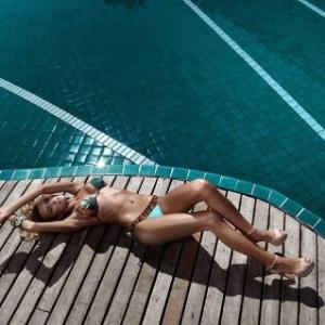 Em seu Facebook, a modelo Ana Paula Siebert  divulga fotos que fez em ensaios