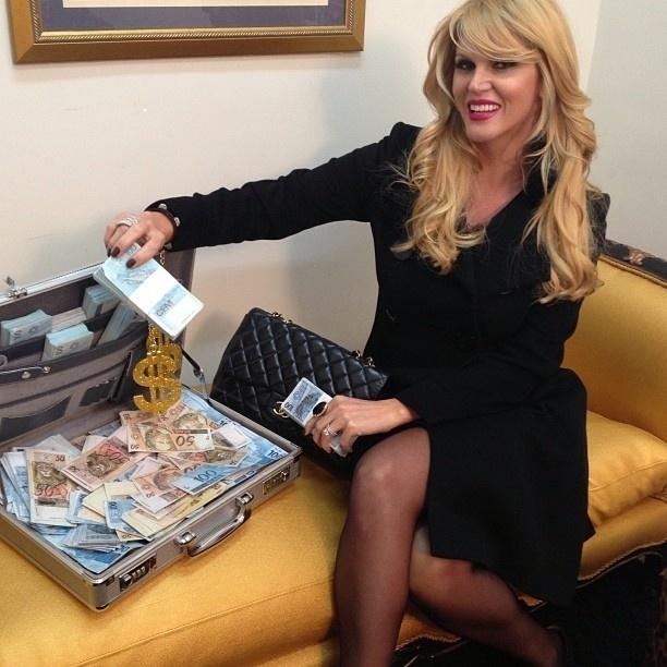 14.ago.2013 - Val Marchiori exibe mala de dinheiro em seu camarim nos bastidores do