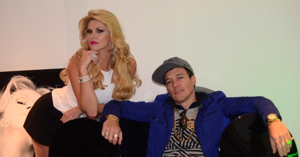 14.ago.2013 - Val Marchiori posa com Rodrigo Faro nos bastidores de gravação de