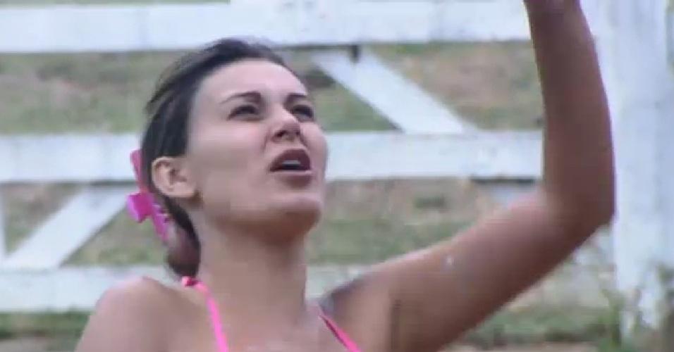 15.ago.2013 - Corajosa, Andressa urach toma banho no celeiro em dia de frio intenso