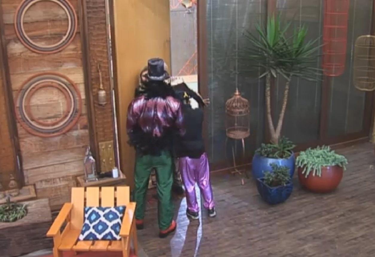 15.ago.2013 - Depois da confusão, Yudi, Bárbara e Beto levam  Mateus para dentro da casa