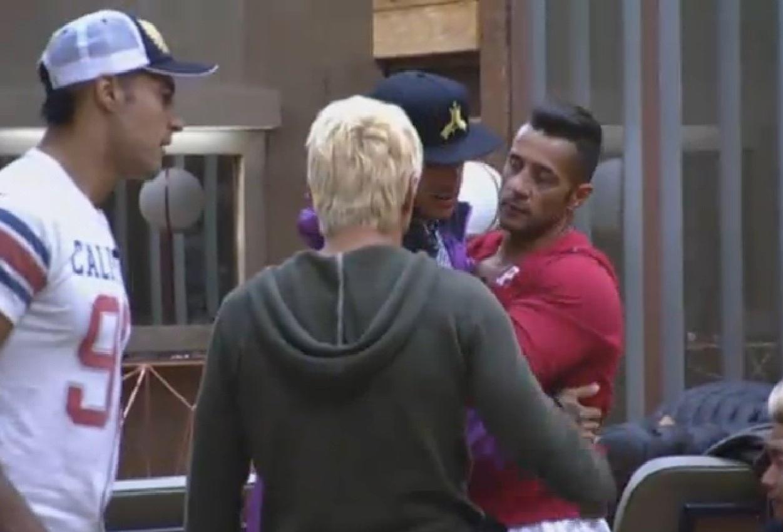 15.ago.2013 - Depois de pedir desculpas, Mateus recebe abraços de peões na sede