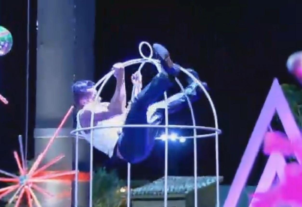 15.ago.2013 - Marcos Oliver faz sua performance na gaiola