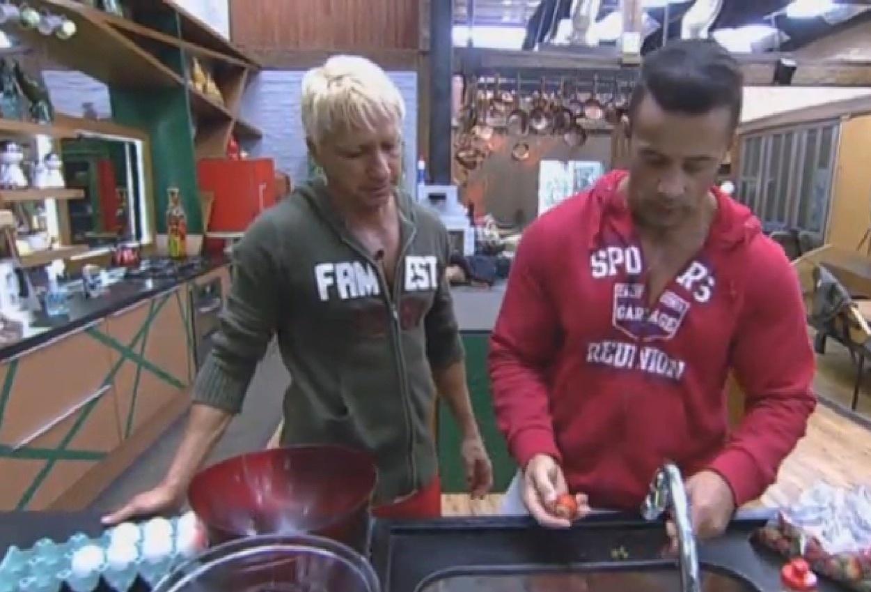 15.ago.2013 - Paulo Nunes e Marcos Oliver preparam bolo de brigadeiro com morango