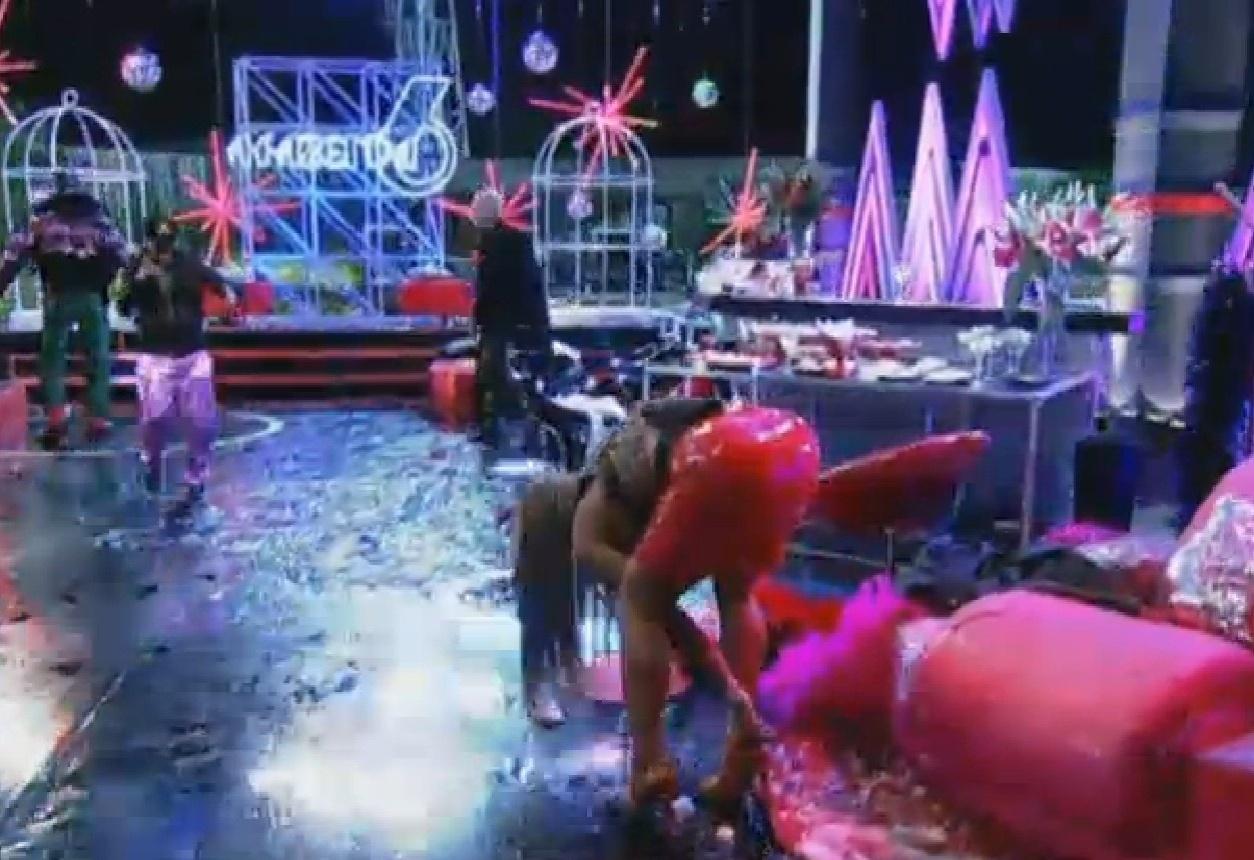 15.ago.2013 - Yudi e Mateus tacam um balde de gelo na Denise