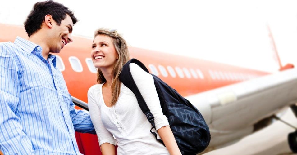 Casal no aeroporto, viagem, lua de mel