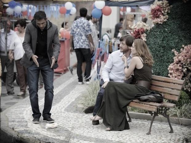 """Em """"Saramandaia"""", Carlito tenta cortar clima de Laura e Rochinha"""