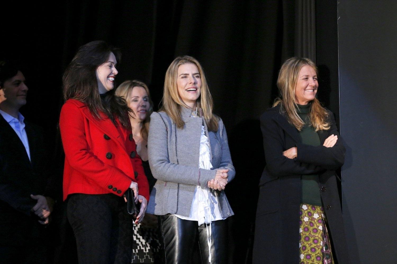 15.ago.2013 - Com a equipe de produção, a atriz Maitê Proença apresenta o filme