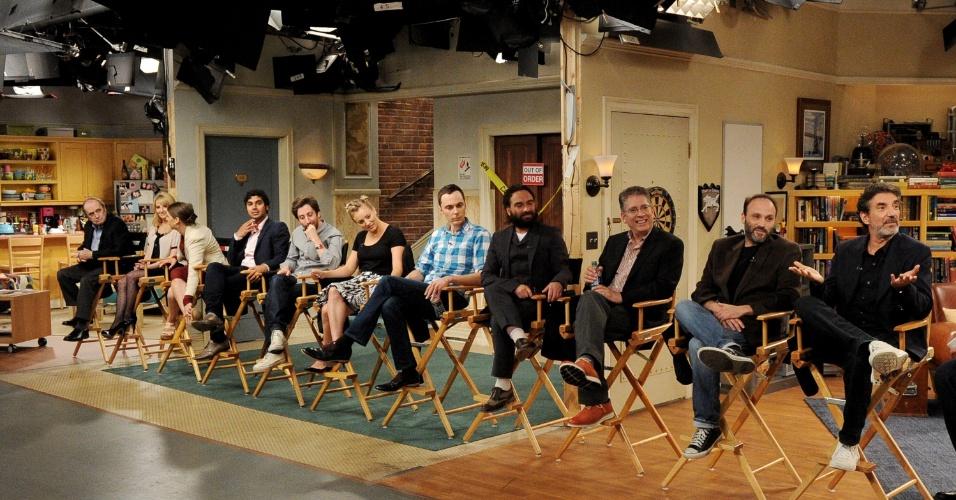 """15.ago.2013 -  Criadores e atores de """"The Big Bang Theory"""" comemoram o sucesso da série, que está em sua sétima temporada"""