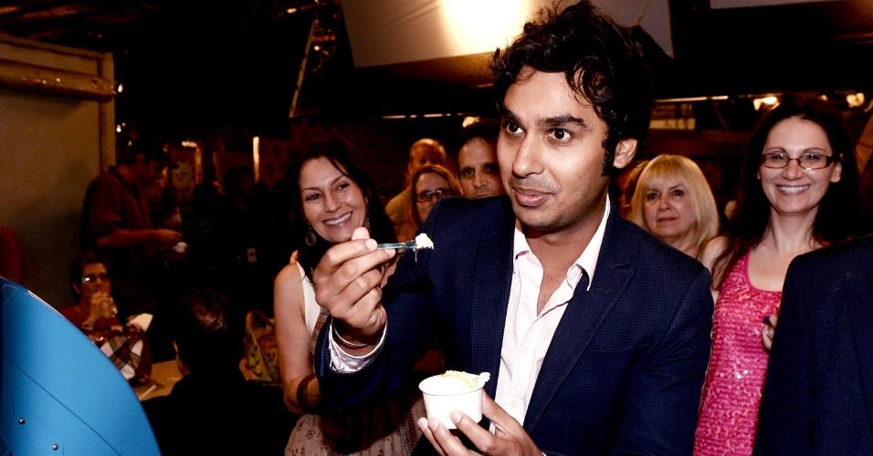 """15.ago.2013 - O ator Kunal Nayyar, o Raj da série """"The Big Bang Theory"""" conversa com os membros do Emmy, academia responsável por premiar os melhores programas da televisão"""