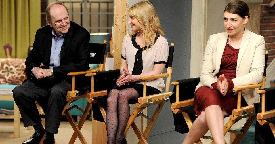"""15.ago.2013 - Os atores Bob Newhart (Arthur), Melissa Rauch (Bernadette) e Mayim Bialik (Amy) comemoram o sucesso da série """"The Big Bang Theory"""", que estreia sua sétima temporada em 26 de setembro"""