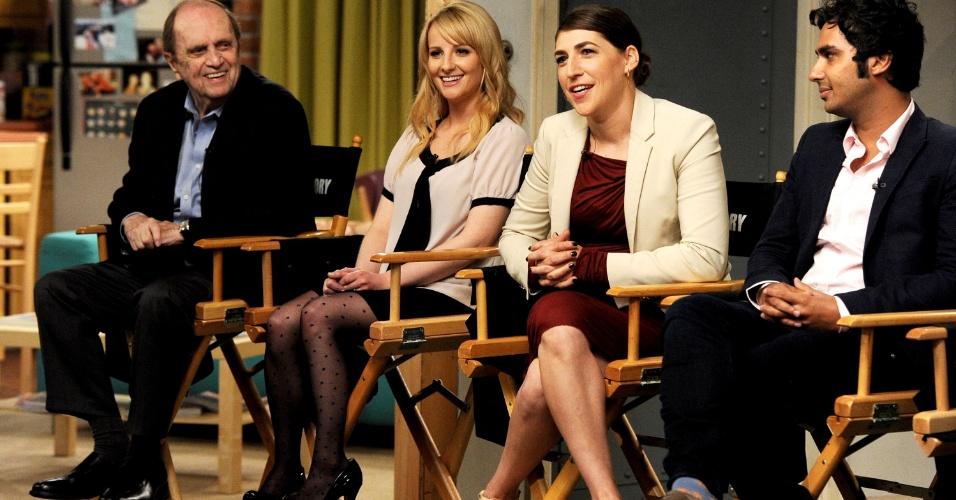 """15.ago.2013 - Os atores Bob Newhart (Arthur), Melissa Rauch (Bernadette), Mayim Bialik (Amy) e Kunal Nayyar (Raj) comemoram o sucesso da série """"The Big Bang Theory"""", que estreia sua sétima temporada em 26 de setembro"""