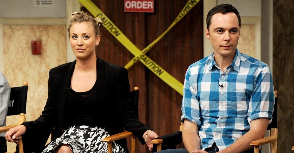 """15.ago.2013 - Os atores Mayim Bialik (Amy) e Jim Parsons (Sheldon) comemoram o sucesso da série """"The Big Bang Theory"""" durante bate-papo com os membros da academia de artes, televisão e ciência da Warner Bros. A série estreia sua sétima temporada em 26 de setembro, na Warner"""