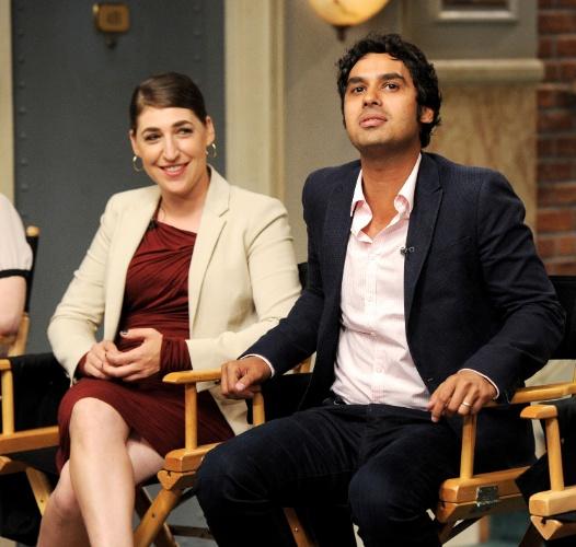 """15.ago.2013 - Os atores Mayim Bialik (Amy) e Kunal Nayyar (Raj) comemoram o sucesso da série e se divertem com os elogios e comentários dos produtores de """"The Big Bang Theory"""", que estreia sua sétima temporada em 26 de setembro"""