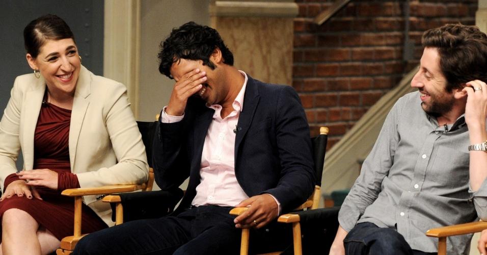 """15.ago.2013 - Os atores Mayim Bialik (Amy), Kunal Nayyar (Raj) e Johnny Galecki (Leonard) comemoram o sucesso da série e se divertem com os elogios e comentários dos produtores de """"The Big Bang Theory"""", que estreia sua sétima temporada em 26 de setembro"""