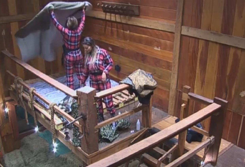 16.ago.2013 - Andressa Urach e Denise Rocha arrumam camas no celeiro