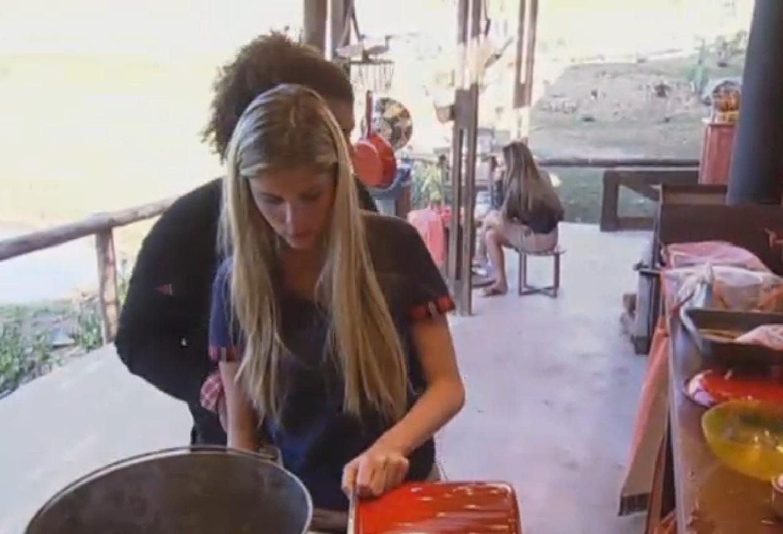 16.ago.2013 - Bárbara Evans lava as panelas na cozinha do celeiro