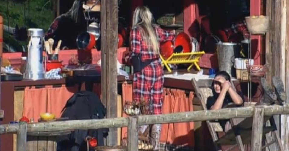 16.ago.2013 - Bárbara lava louça enquanto Andressa Urach toma banho de sol