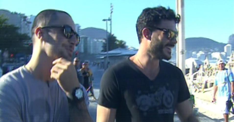 """16.ago.2013 - Felipe Titto e Kiko Pissolato escutam opiniões do público feminino para o """"Mais Você"""""""