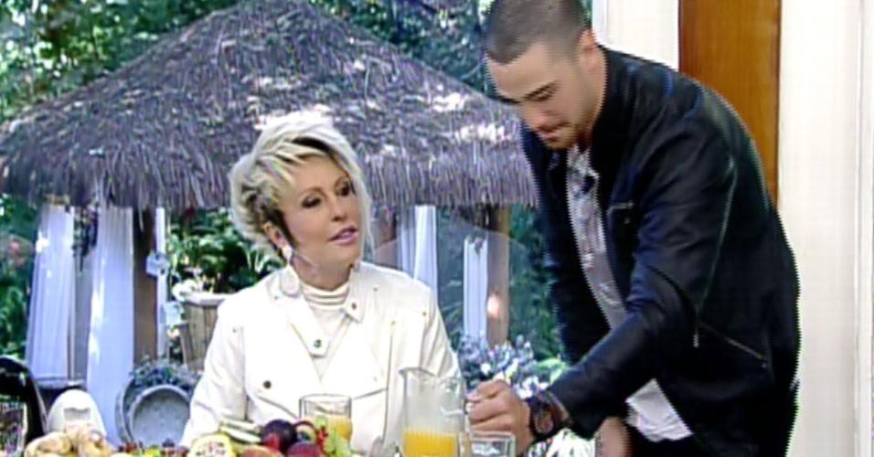 """16.ago.2013 - Felipe Titto, o mordomo Wagner de """"Amor à Vida"""", serve suco para Ana Maria Braga no """"Mais Você"""""""
