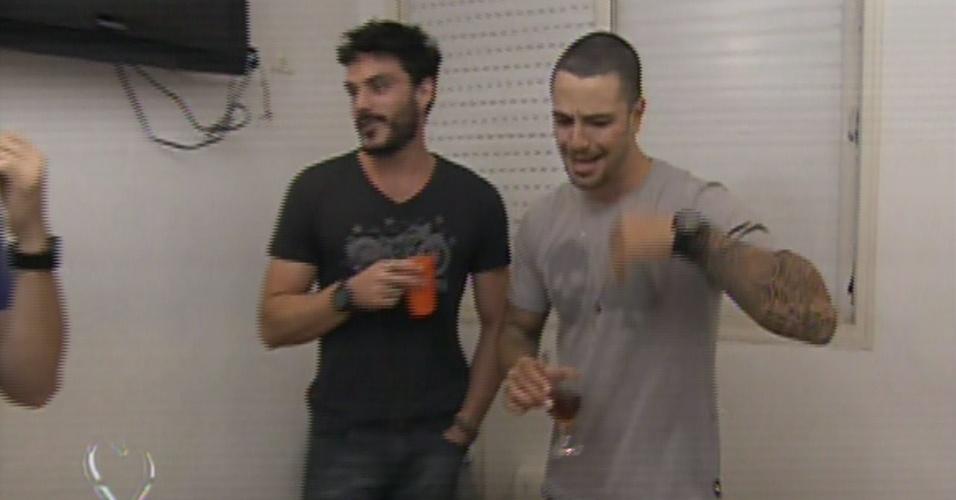 """16.ago.2013 - Kiko Pissolato e Felipe Titto, o Maciel e o Wagner de """"Amor à Vida"""", abrem a casa para o """"Mais Você"""""""