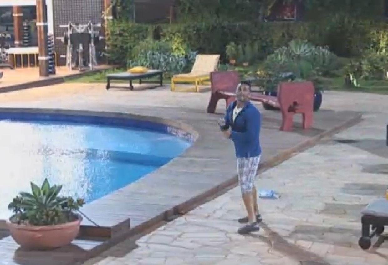 16.ago.2013 - Marcos Oliver solta pipa na área da piscina